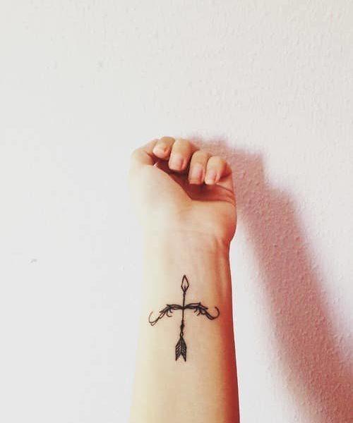 tatuaje de flechas con arco