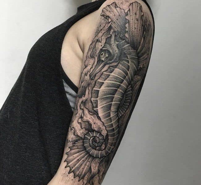Tatuaje caballito de mar brazo