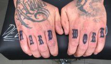 tatuaje en los dedos Barna Tattoo